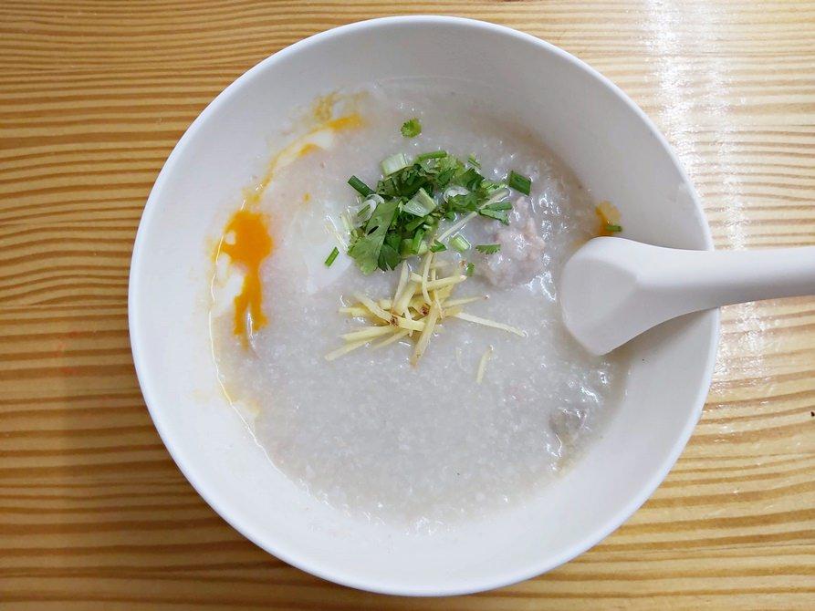 【2020米其林曼谷小吃】王子戲院豬肉粥Jok Prince,暖胃又暖心的七十年在地老店,銅板價帶你吃遍曼谷美食